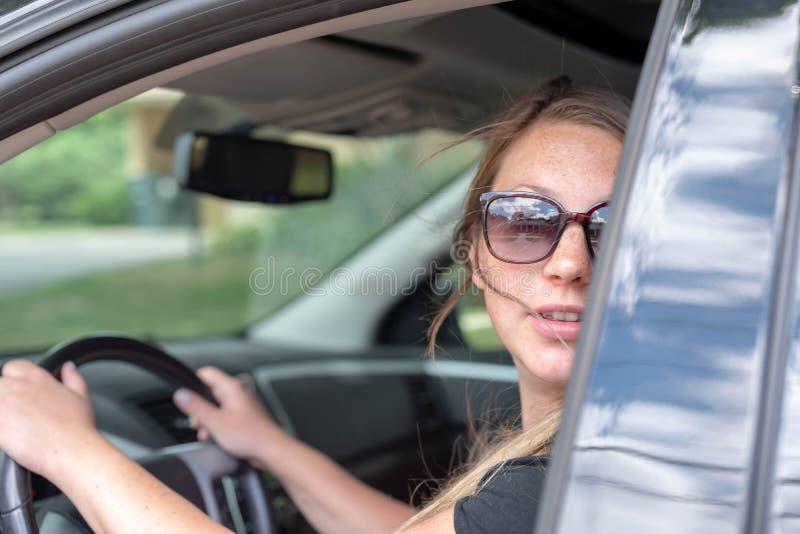 看在肩膀的美丽的少妇,当驾驶时 库存图片