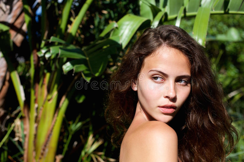 看在肩膀的美好的女性时装模特儿 图库摄影
