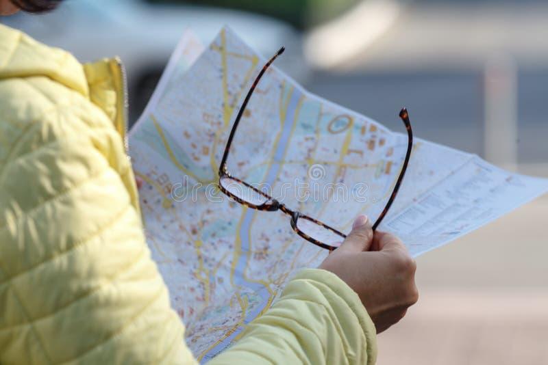 看在街道上的地图的游人,在度假 库存照片