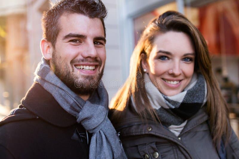 看在街道的美好的年轻夫妇照相机 库存图片