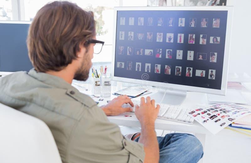 看在计算机上的照片编辑程序指图 免版税库存图片