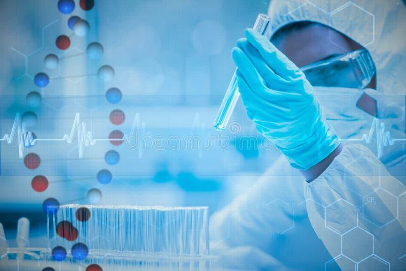 看在试管的被保护的科学家的综合图象危险液体 免版税库存图片