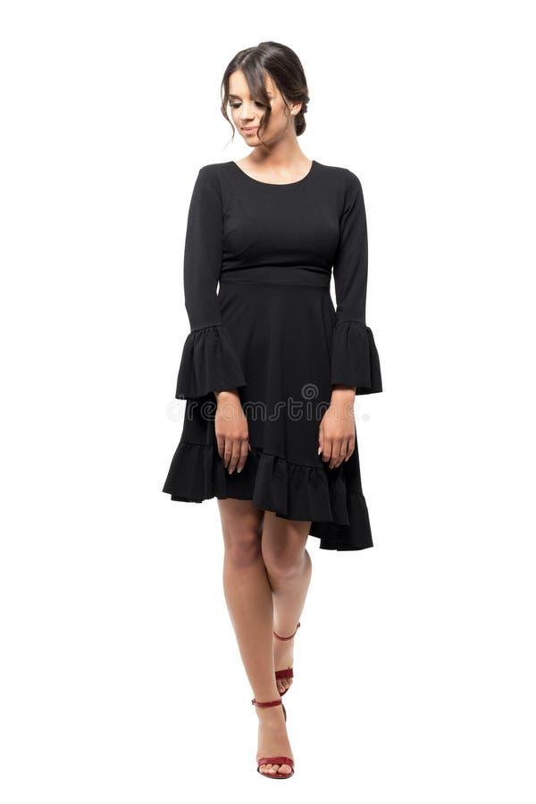 看在走下的黑装饰衣裙袖子礼服的拉丁舞蹈家 库存照片