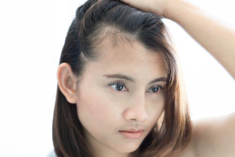 看在镜子严肃的掉头发问题的妇女反射为医疗保健香波和美容品概念 库存图片