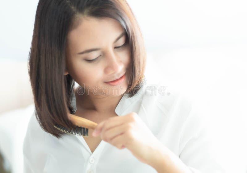看在镜子严肃的掉头发问题的妇女反射为医疗保健香波和美容品概念 库存照片