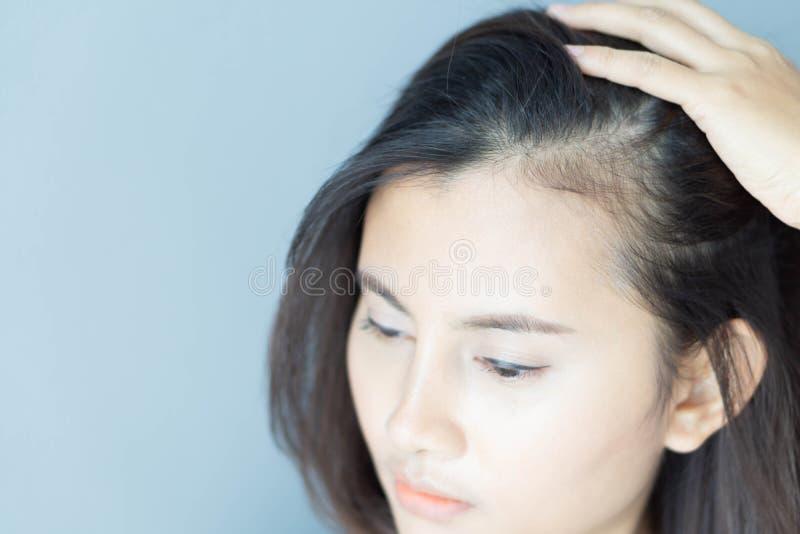 看在镜子严肃的掉头发问题的妇女反射为医疗保健香波和美容品概念 免版税图库摄影