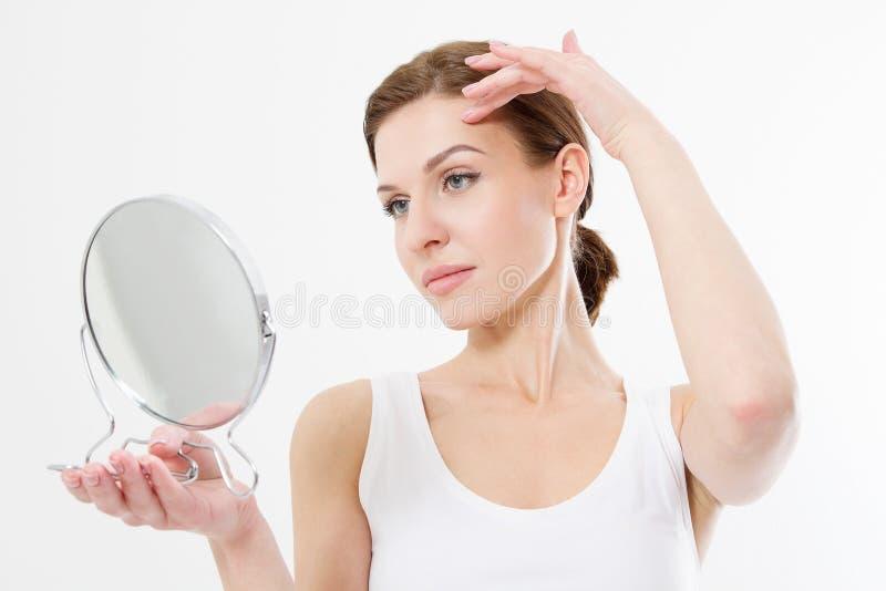 看在镜子的微笑的年轻女人隔绝在白色背景 皮肤护理和防皱皱痕概念 秀丽和身体 免版税库存照片