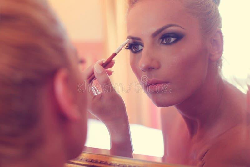 看在镜子的新娘 免版税库存照片