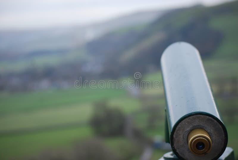 看在领域的望远镜 免版税库存图片