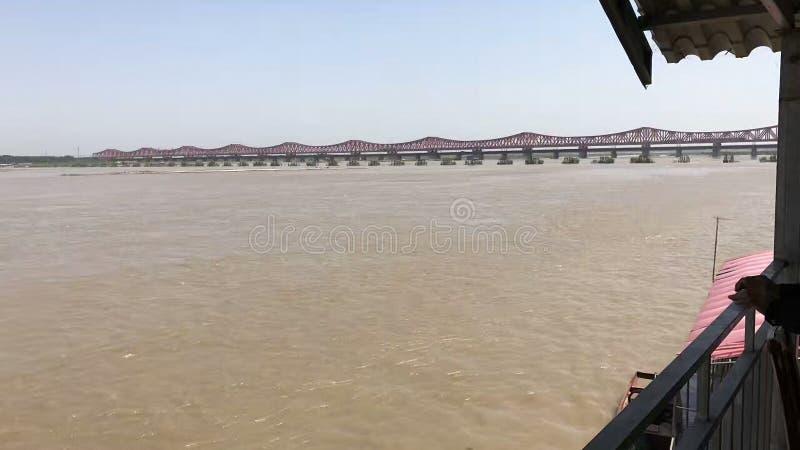 看在黄河的一座桥梁巡航的 免版税库存图片