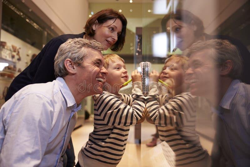 看在玻璃容器的家庭人工制品在旅行对博物馆 免版税库存照片