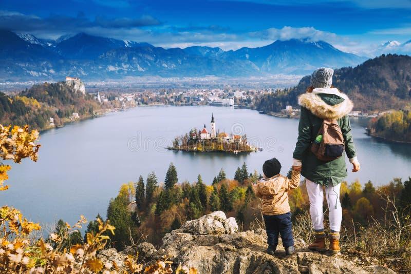 看在Bled湖,斯洛文尼亚,欧洲的旅行的家庭 免版税库存图片