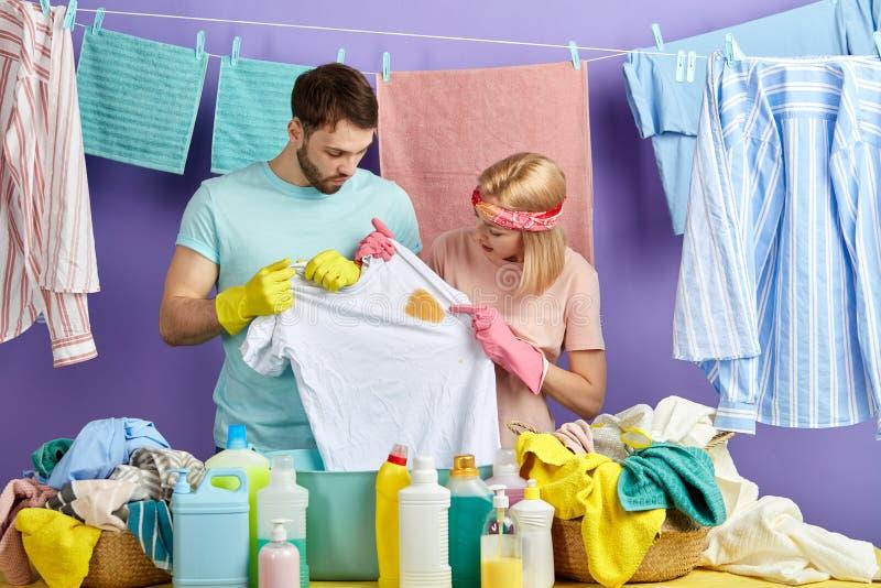 看在T恤杉的主妇和她的丈夫斑点 免版税图库摄影