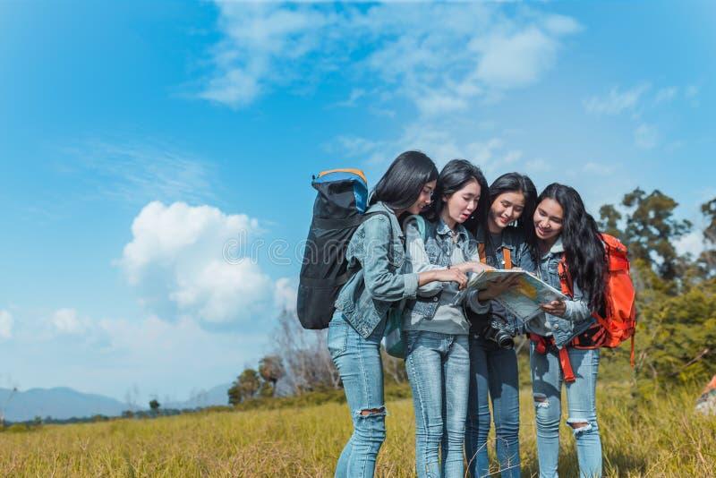 看地图旅行的小组年轻亚裔妇女迁徙 免版税库存照片