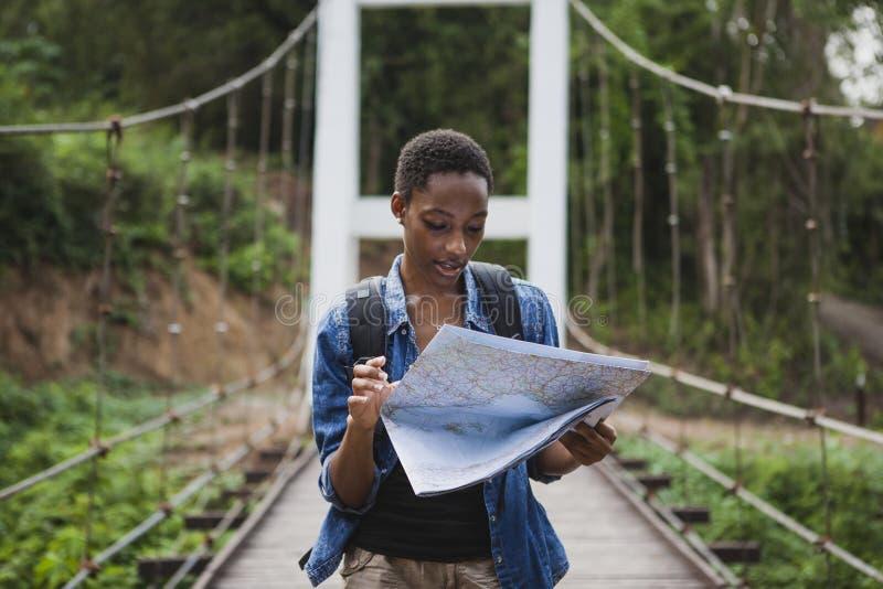 看地图旅行的非裔美国人的妇女 免版税库存图片