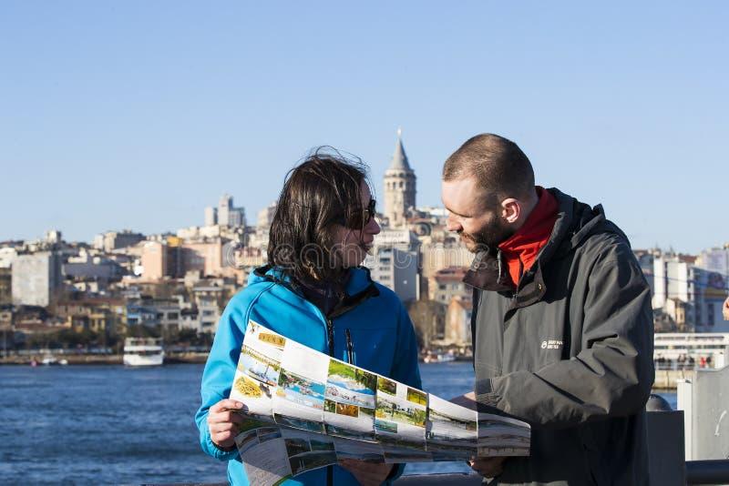 看地图的游人在视域中的伊斯坦布尔 免版税库存照片