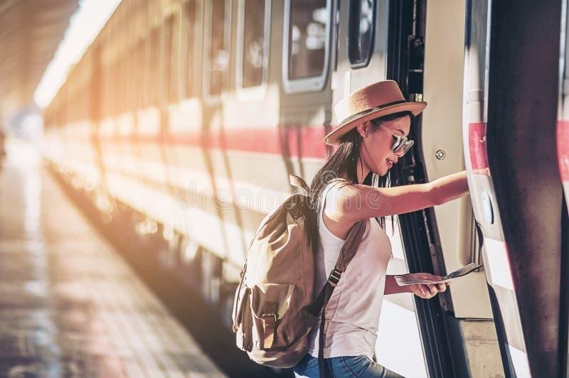 看地图的游客旅行妇女,当走在火车站时 免版税库存照片
