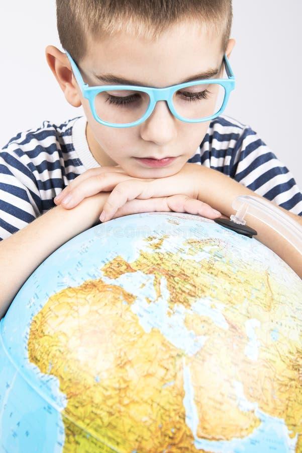 看地球的男生 图库摄影