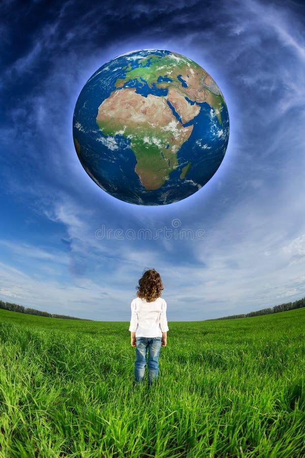 看地球行星的孩子 库存图片