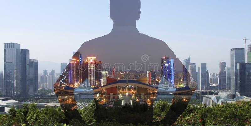 看城市视图认为的人 库存图片