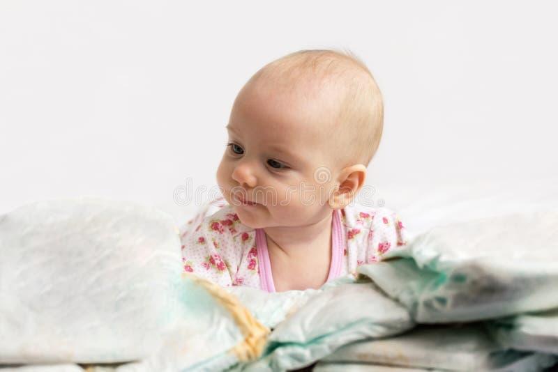看堆尿布的婴孩 免版税库存图片