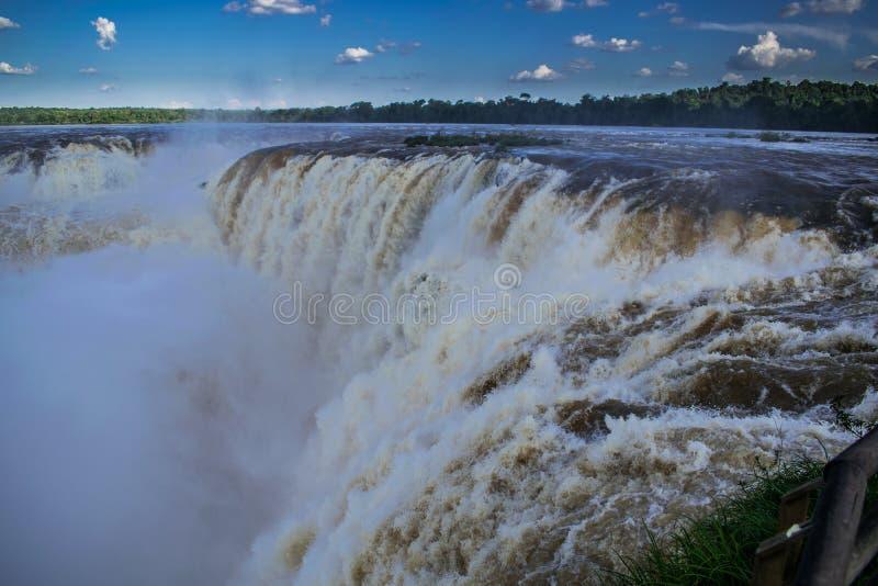 看壮观的伊瓜苏瀑布 免版税库存照片