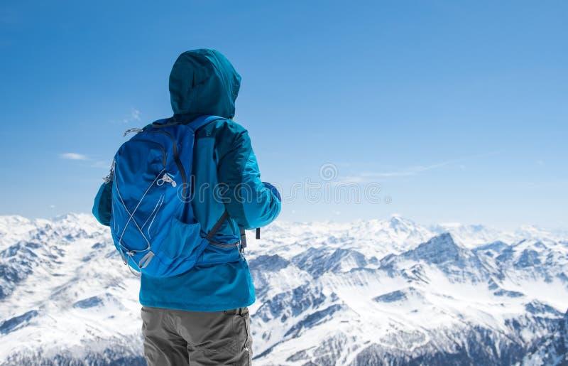 看多雪的山的远足者 库存照片
