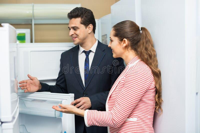 看大冰箱的满意的小家伙 库存图片