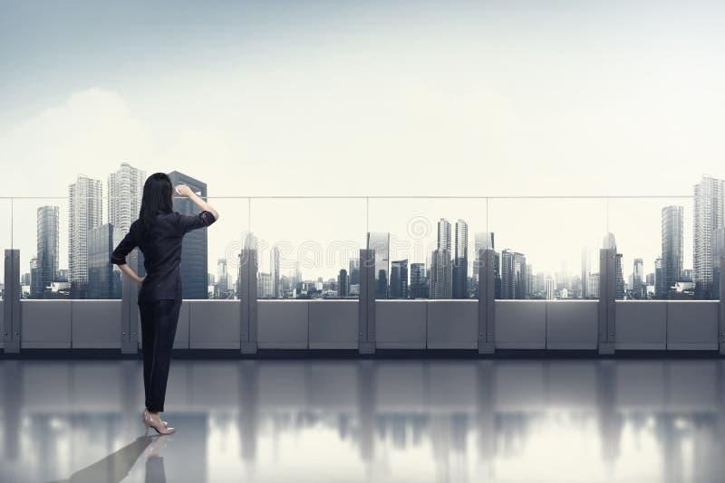 看天空的信心亚裔女商人 免版税图库摄影
