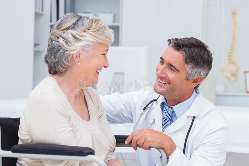 看女性患者的男性医生 库存图片