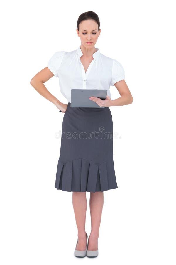 看她的备忘录的被聚焦的女实业家 免版税库存照片
