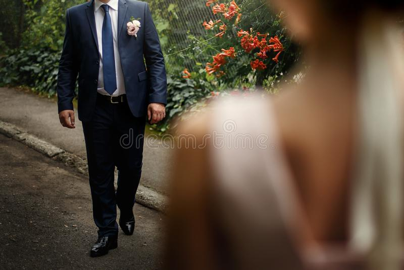 看她的新郎走,华美的桃红色和whi的豪华新娘 免版税库存图片