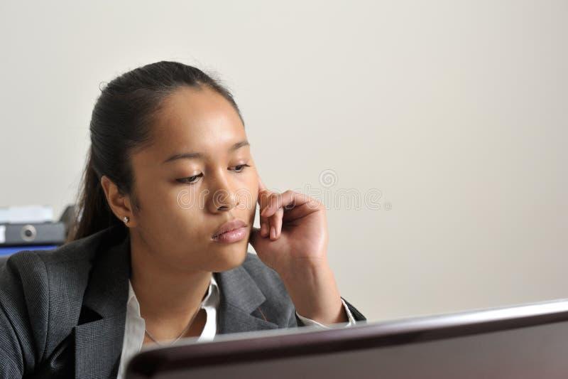 看她的膝上型计算机屏幕的女商人 库存照片