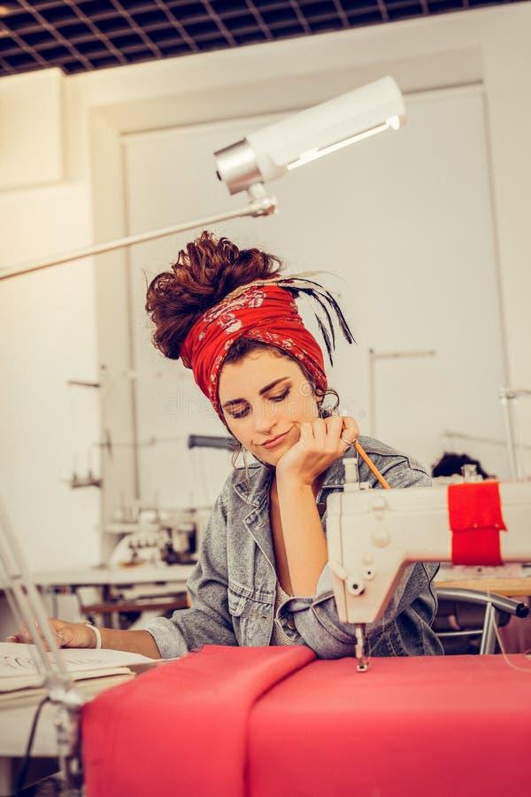 看她的scketches和考虑改进的设计师他们 库存图片