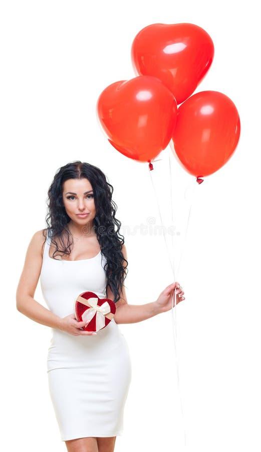 看她礼物盒红色心形的愉快的妇女在华伦泰` s天 情人节题材 查出在白色 库存照片