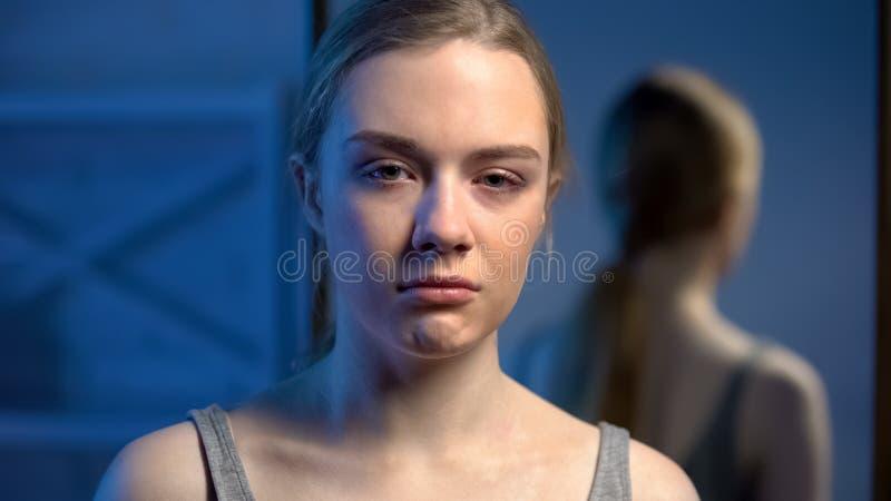 看对在绝望,青春期年龄消沉的照相机的沮丧的十几岁的女孩 库存图片