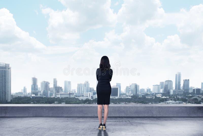 看对城市的亚裔女商人 库存图片