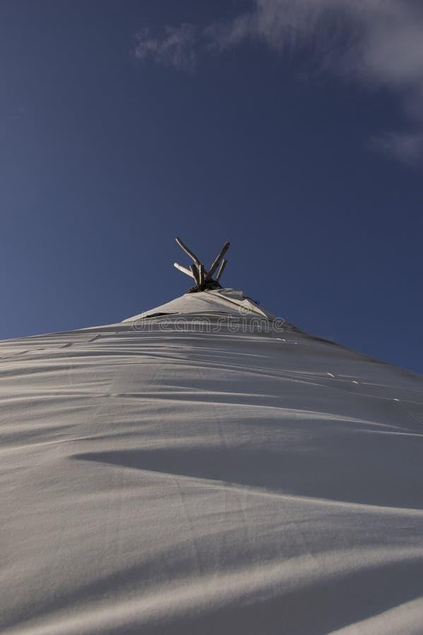 看对天空的Lavvu 免版税库存照片