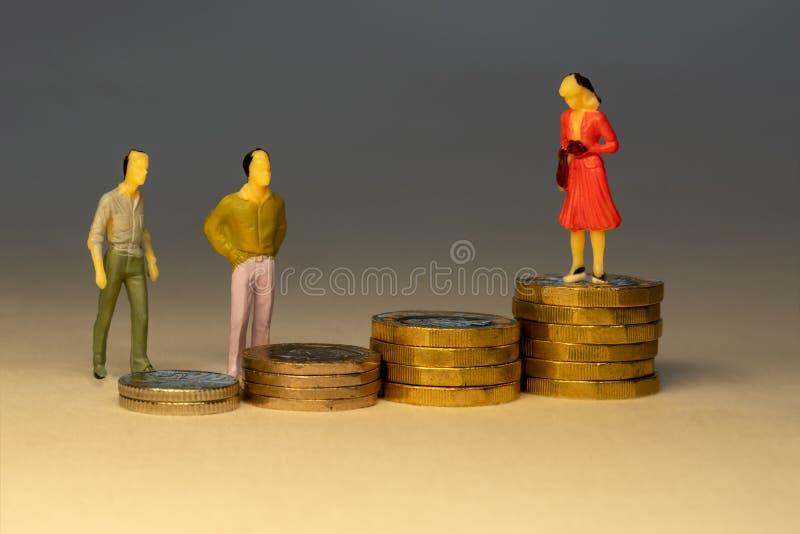 看对女商人身分的大量在增长的堆金币顶部 企业事业概念 免版税库存图片