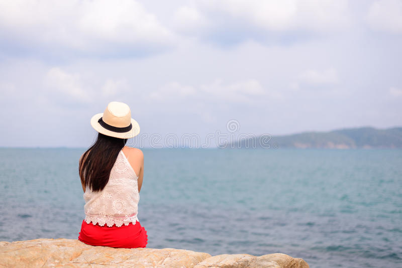 看对海洋的年轻俏丽的妇女室外夏天画象  免版税库存图片
