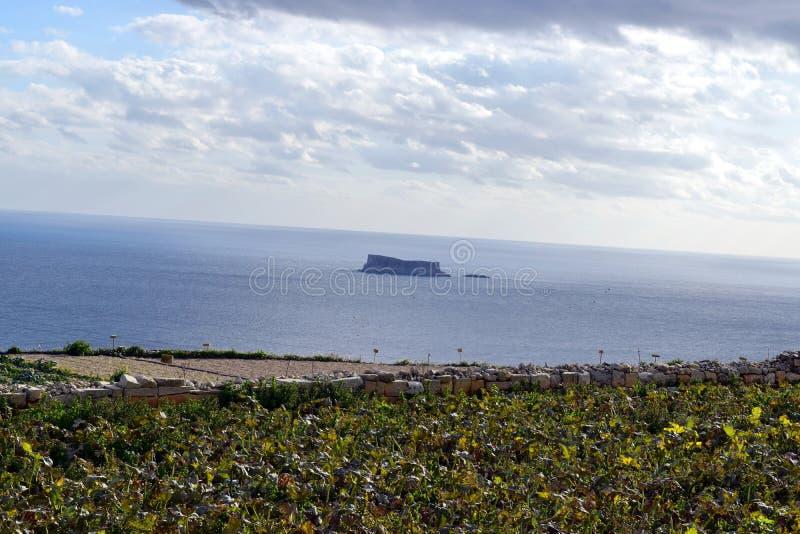 看对海Fifla海岛,横跨乡下和领域 免版税库存照片