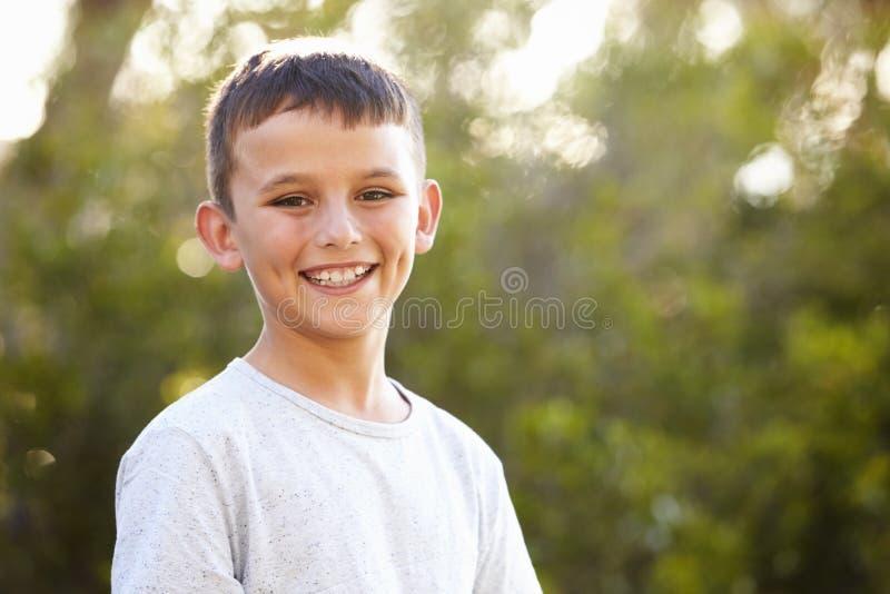 看对照相机的一个微笑的白男孩的画象 免版税图库摄影