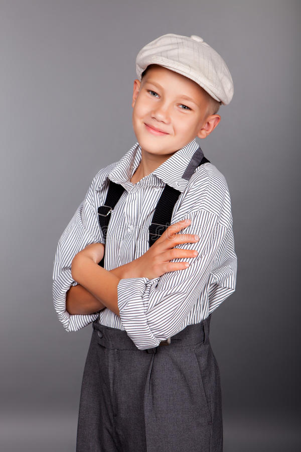 看对照相机的古板的男孩 免版税库存图片