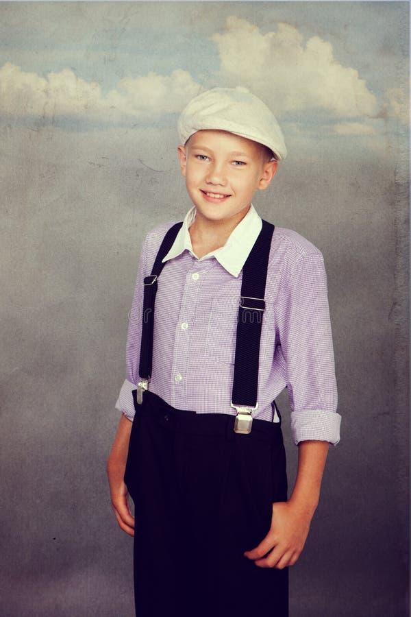 看对照相机的古板的男孩 免版税库存照片