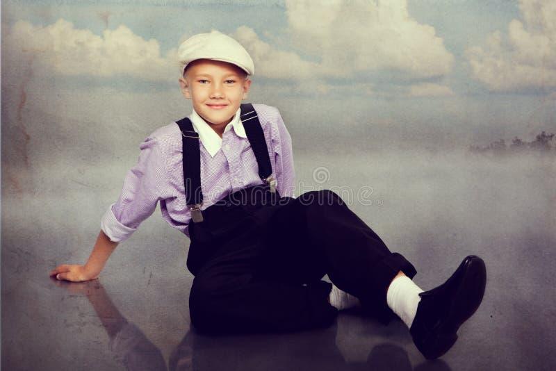 看对照相机的古板的男孩 免版税图库摄影