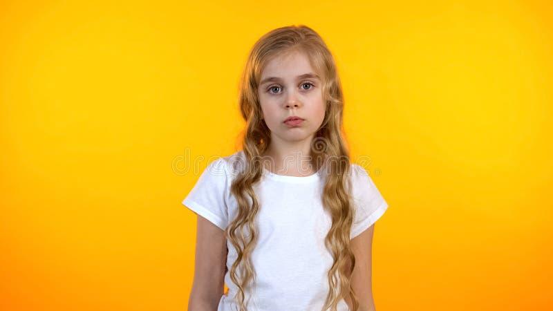 看对照相机,遭受的缺乏的哀伤的可爱的女孩通信,没有朋友 免版税库存图片