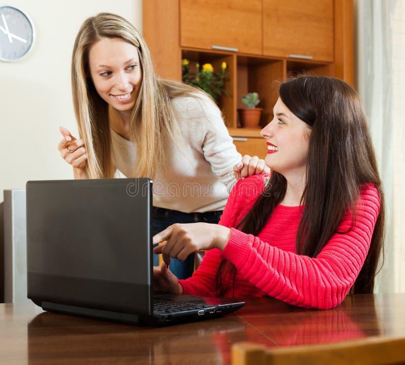 看对膝上型计算机的好奇女子 免版税库存图片