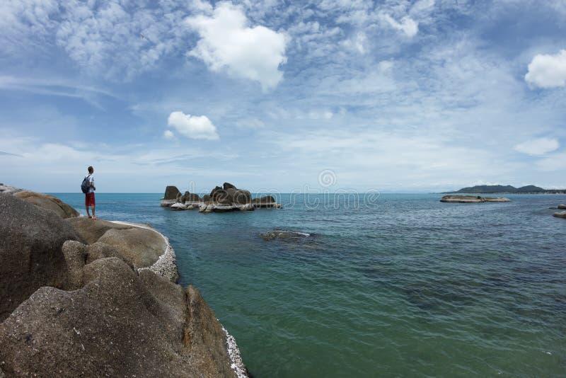 看对从岩石的海边的人 免版税图库摄影