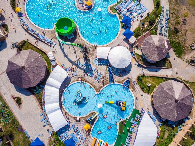 看平直的下来的空中寄生虫视图从五颜六色的夏时乐趣上水公园 免版税库存照片