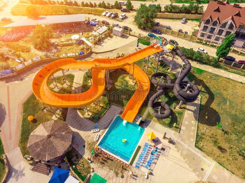 看平直的下来的空中寄生虫视图从五颜六色的夏时乐趣上水公园 免版税图库摄影
